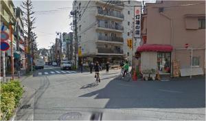 ⑥再度分岐点があります。右前方の花屋(Youkaen)さんに向かって進んでください。