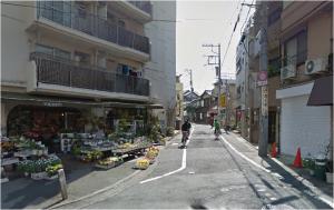 ⑦花屋(Youkaen)さんの右側に入る道をまっすぐ進んでください。