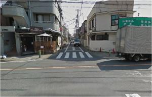 ⑧住宅地をしばらく道なりに歩き、緑道も越えて少し歩くと大きな道路に出ます。付近の横断歩道から向こう側に渡ってください。