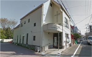 少し歩くと右手に下北沢聖書教会が見えますので、ガラス戸の入口より中にお入りください。