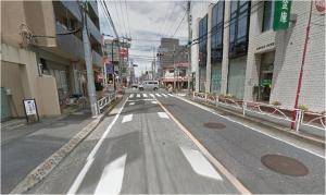 「代沢小学校」停留所で降りると、バスの進行方向(道路に向かって左側)にガソリンスタンド(ENEOS)が見えますので、そちらに向かって歩いてください。
