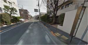 「代沢小学校」停留所で降り、バスの進行方向と逆方向(ガソリンスタンドと反対方向)に向かって歩き、最初の角を右折してください。